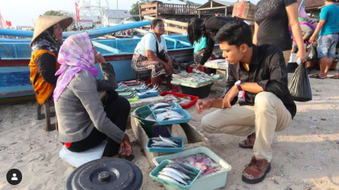 Yoga saat melakukan riset tentang kesejahteraan nelayan tradisional
